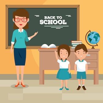 Volver a la maestra de escuela enseñando a sus alumnos