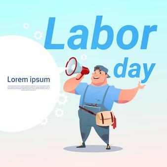 Workman hold megaphone celebración del día internacional del trabajo tarjeta de felicitación de mayo