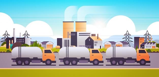 Zona industrial de construcción de fábrica con camiones cisterna de gas o petróleo tuberías chimeneas