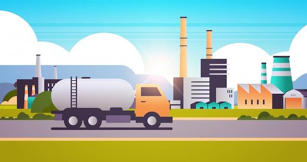 Zona industrial de construcción de fábrica con chimeneas de gas o petróleo camión tuberías chimeneas