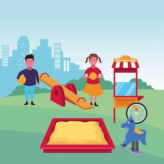 Zona para niños, feliz niño y niña con pelotas caja de arena caballo de primavera y patio de comidas