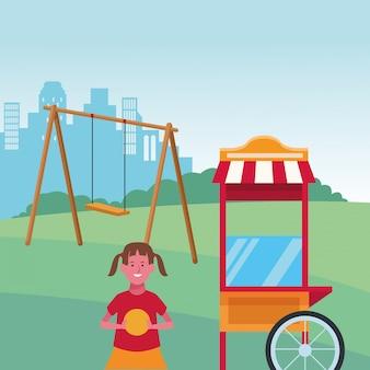 Zona para niños, linda chica con pelota y columpio en el patio de comidas