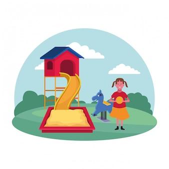 Zona para niños, niña feliz con caja de arena con tobogán de bolas y patio de juegos de primavera