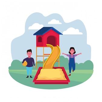 Zona para niños, niño y niña con área de juegos de arena con tobogán