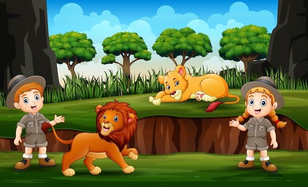 Zookeeper con leones en la naturaleza