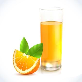 Zumo de naranja bebida saludable en vidrio y cítricos con emblema de hoja.