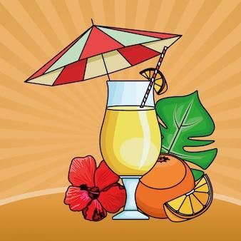Zumo de naranja con fruta bajo sombrilla de playa