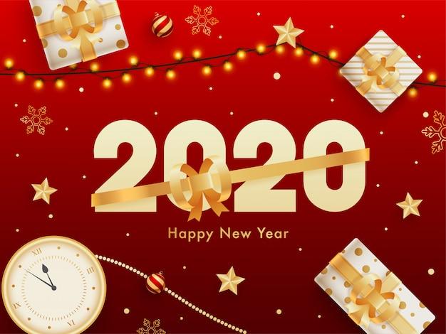 2020 guten rutsch ins neue jahr-feierhintergrund mit draufsicht der uhr, der geschenkboxen und der beleuchtungsgirlande verziert auf rot.