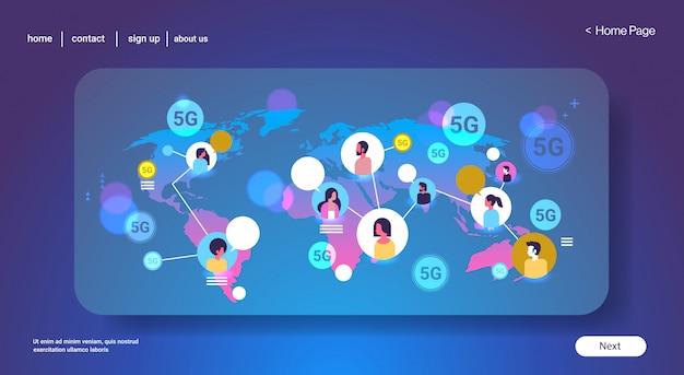 5g online-drahtlose systemverbindung globale chat-blase kommunikationskonzept mix race männer frauen chat weltkarte hintergrund porträt horizontale kopie raum