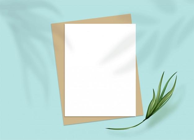 A4 papierbögen auf einem türkisfarbenen tisch. schatten der tropischen blätter überlagern silhouetteeffekt.