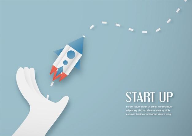 Abbildung mit start-up-konzept in papierschnitt, handwerk und origami-stil. rakete fliegt am blauen himmel.