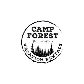 Abenteuerlager des immergrünen kiefernbaums im freien. retro rustikaler hipster-stempel-logoentwurf der waldweinlese