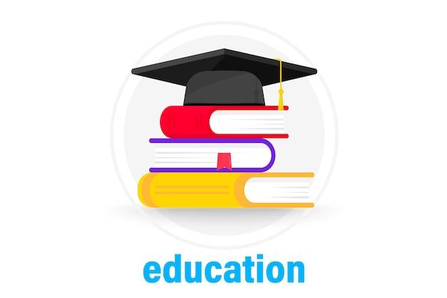Abschlusskappe auf büchern. mortarboard-kappe auf stapeln von lehrbüchern. stapel bücher mit abschlusskappe. konzept der hochschulbildung oder des studiums. schule, hochschule, universität, bildung, schulsymbol
