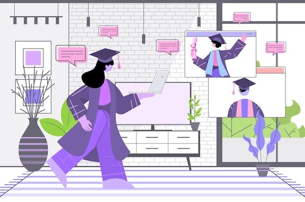 Absolventen diskutieren während des videoanrufs absolventen feiern akademisches diplomstudium online-kommunikationskonzept wohnzimmer interieur horizontal