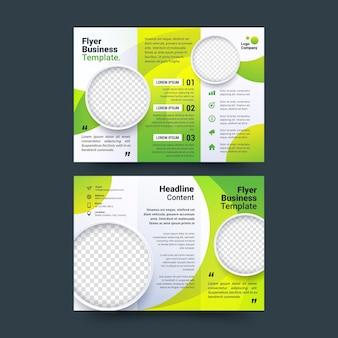 Abstrakte dreifach gefaltete broschüre mit transparentem kopierraum