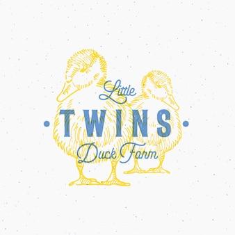 Abstrakte zeichen- oder logo-schablone der kleinen zwillings-enten-farm mit handgezeichneten enten-sillhouetten und retro-typografie.