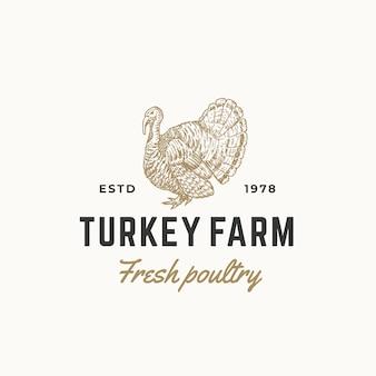 Abstrakte zeichen-, symbol- oder logo-schablone des frischen geflügels der türkei-farm. hand gezeichnete gravur türkei sillhouette skizze mit retro typografie. vintage emblem.