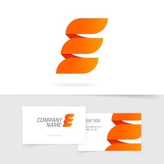 Abstrakter eleganter orange buchstabe e logo auf weißem hintergrund im feuerstil