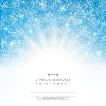 Abstrakter hintergrund der blauen himmel weihnachtsschneeflockenmusterphantasie mit klassischem sonnendurchbruch.