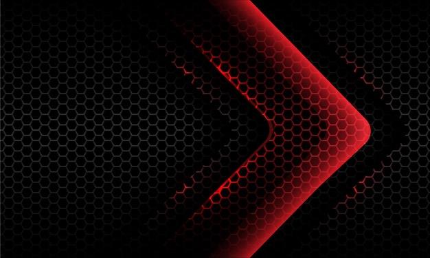 Abstrakter roter lichtneonpfeil glänzende richtung auf dunklem hexagonmaschenhintergrund