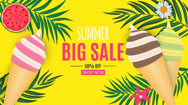 Abstrakter sommerschlussverkauf mit palmblättern und eiscreme.