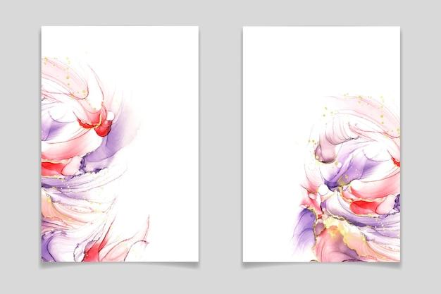 Abstrakter violetter rosa und roter flüssiger aquarellhintergrund mit goldenen glitzer-pinselstrichen