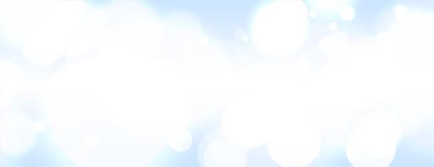 Abstraktes bokeh verwischte banner auf hellem himmelhintergrund