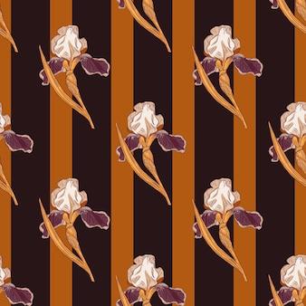 Abstraktes nahtloses muster mit dekorativen irisblumenschattenbildern. brauner und orange gestreifter hintergrund. vektorillustration für saisonale textildrucke, stoffe, banner, hintergründe und tapeten.
