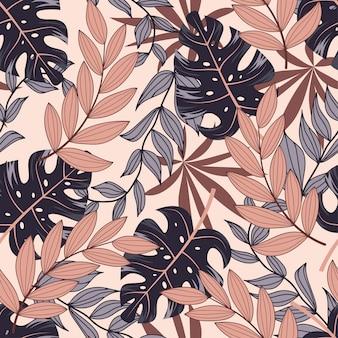 Abstraktes nahtloses tropisches muster mit hellen pflanzen und blättern auf einem pastellhintergrund