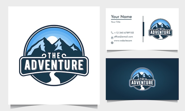 Abzeichen abenteuer logo design mit blauen bergen und straße und sonnenaufgang, sonnenuntergang mit visitenkarte