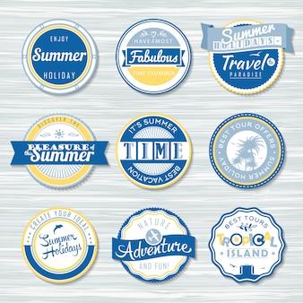 Abzeichen für sommerferien, reisen. retro-abzeichen auf hölzernem hintergrund