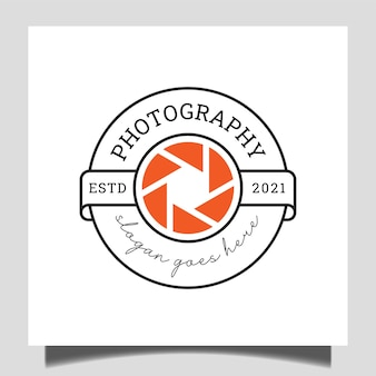 Abzeichen klassisches fotostudio mit linsensymbol für fotografie-stempel-logo-vorlage