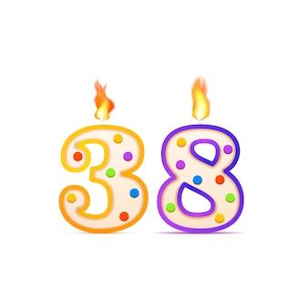 Achtunddreißigjähriges jubiläum, 38 nummerförmige geburtstagskerze mit feuer auf weiß