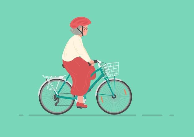 Ältere frau im helm auf dem fahrrad radfahren der älteren frau