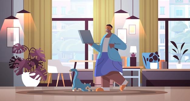 Ältere frau mit laptop-großmutter, die sich zu hause im social-media-netzwerk online-kommunikation entspannt
