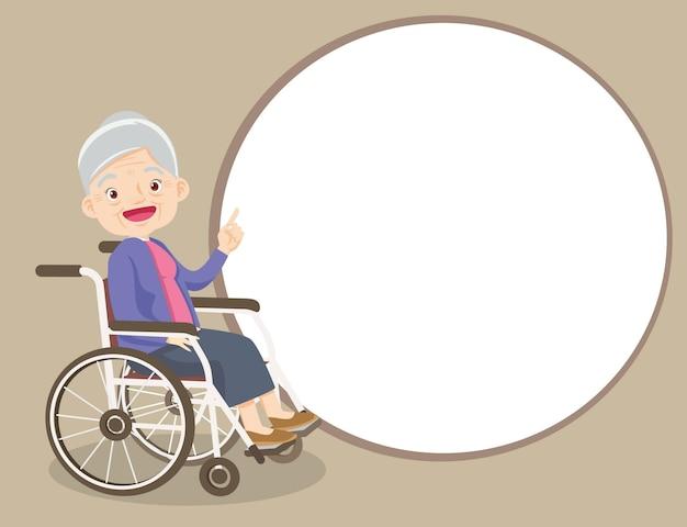 Ältere frau präsentiert mit finger, der auf leerzeichen zeigt