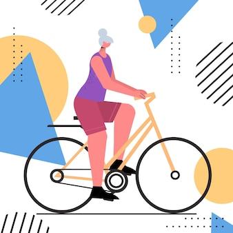 Ältere frau radfahren im alter von sportlerin fahrradtraining gesunder lebensstil aktives alterskonzept