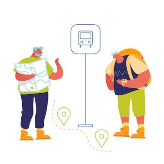Ältere touristen, die orte in fremder stadt mit karte und mobiler anwendung mit gps suchen.
