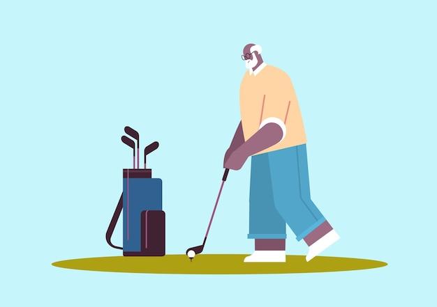 Älterer afroamerikanischer mann, der golf im alter von spielern spielt, die einen schuss aktives alterskonzept horizontal nehmen