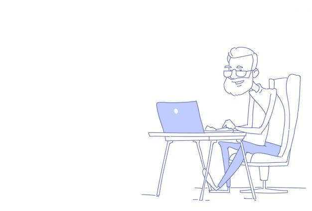 Älterer bärtiger mann, der das sitzende büroarbeitsplatz-arbeitsprozessskizzengekritzel des laptopgeschäftsmannes horizontal verwendet
