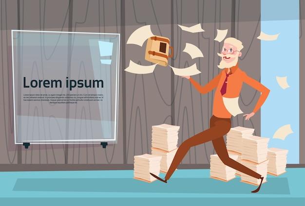 Älterer beschäftigter geschäftsmann run throwing paper