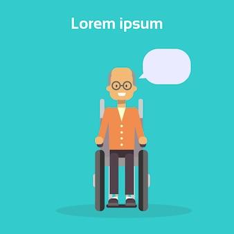 Älterer mann auf dem rollstuhl-glücklichen alten männlichen behinderten lächeln sitzen auf rollstuhl-unfähigkeits-konzept