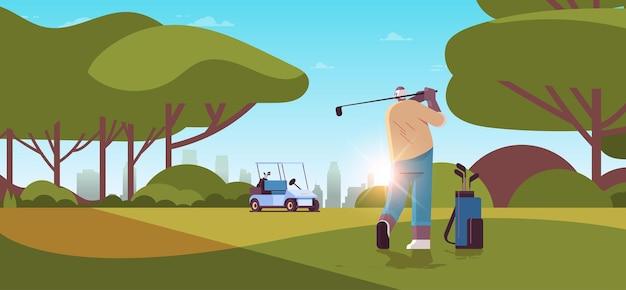 Älterer mann, der golf auf grünem golfplatz im alter von afroamerikanischer spieler spielt, der einen schuss aktiver alterskonzeptlandschaftshintergrund horizontale vektorillustration in voller länge nimmt