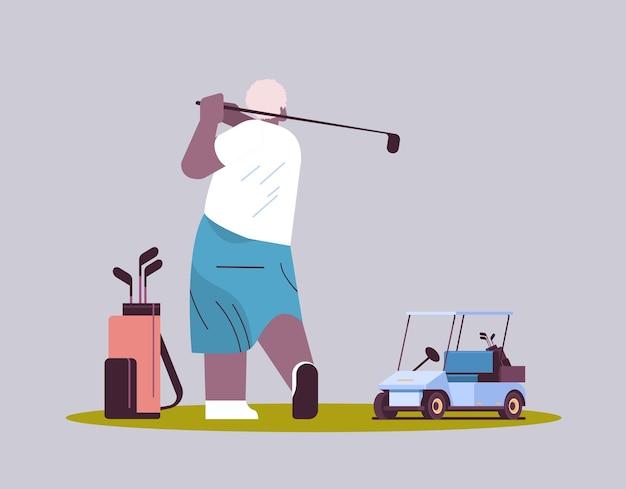 Älterer mann, der golf im alter von afroamerikanischem spieler spielt, der einen schuss aktives alterskonzept macht, horizontale vektorillustration in voller länge