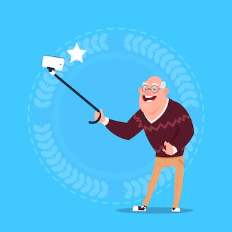 Älterer mann, der selfie-foto mit selbststock-großvater in voller länge macht
