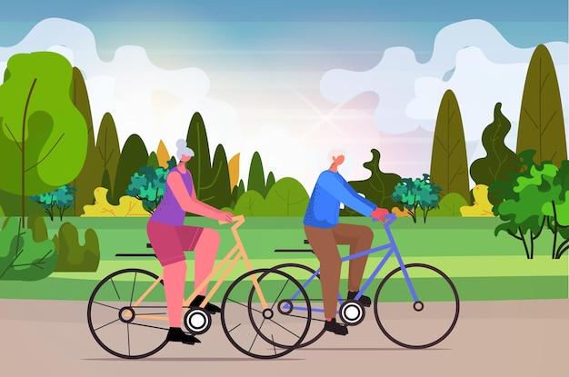 Älterer mann frau radfahren im freien im alter von paar reiten fahrrad training gesunder lebensstil aktives alterskonzept landschaftshintergrund horizontale vektorillustration in voller länge