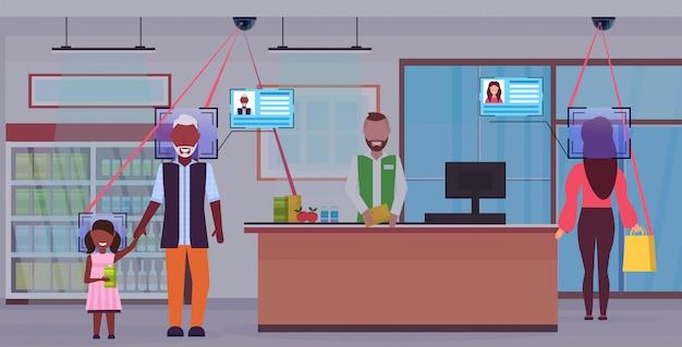 Älterer mann mit kind, das an der kasse steht kundenidentifikation gesichtserkennungskonzept überwachungskameraüberwachung cctv-system lebensmittelgeschäft innenraum horizontal in voller länge