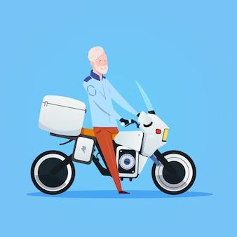 Älterer mann-reitmotorrad oder -motorrad lokalisiert auf weißem hintergrund