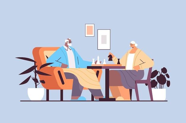 Älteres ehepaar, das schach senior mann frau spielt, die zeit zusammen verbringt horizontale vektorillustration in voller länge