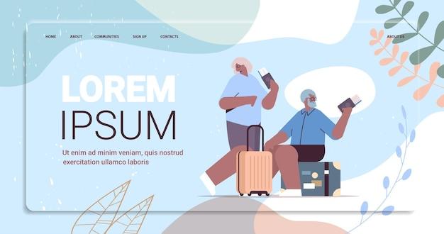 Älteres ehepaar von touristen, großeltern mit gepäck, das pässe und tickets hält, die zum einsteigen am flughafen bereit sind?